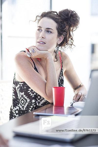 Kreative Bürofrau denkt