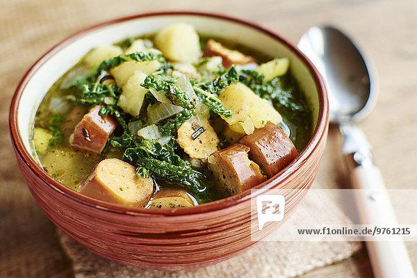 Portugiesischer Caldo Verde mit Kartoffeln  Wirsing und veganen Würsten Portugiesischer Caldo Verde mit Kartoffeln, Wirsing und veganen Würsten