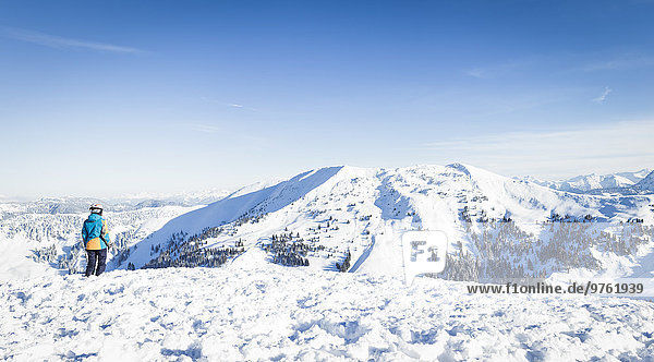 Österreich  Salzburger Land  Region Hochkönig  junge Skifahrerin mit Blick auf die Berge
