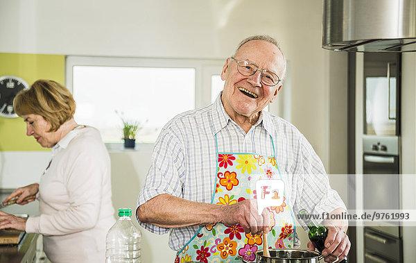 Glücklicher Seniorenkoch in der Küche