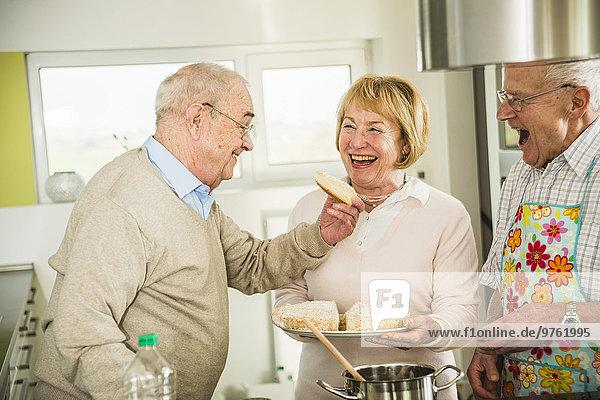 Seniorenfreunde kochen in der Küche