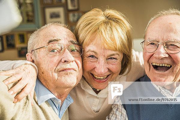 Glückliche ältere Freunde  die einen Selfie nehmen.