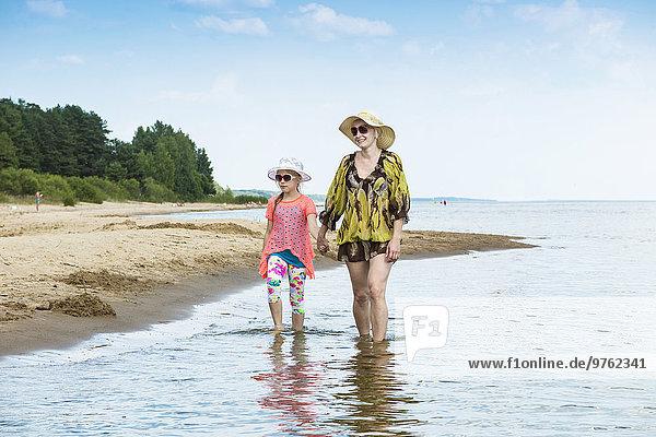 Estland  Peipus-See  Kauksi-Strand  Mutter und Tochter wandern im Flachwasser