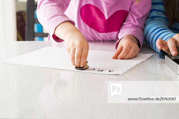 Mädchenhand mit Briefmarke Mädchenhand mit Briefmarke