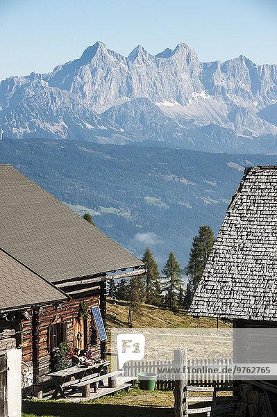 Österreich  Altenmarkt-Zauchensee  Paar in Berghütte in der Bergwelt
