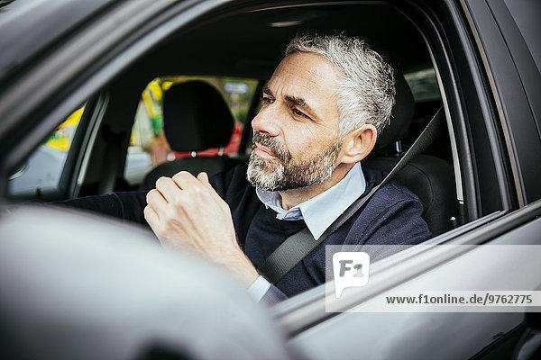 Verärgerter Mann beim Autofahren