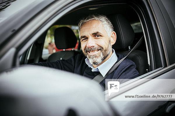Lächelnder Mann beim Autofahren