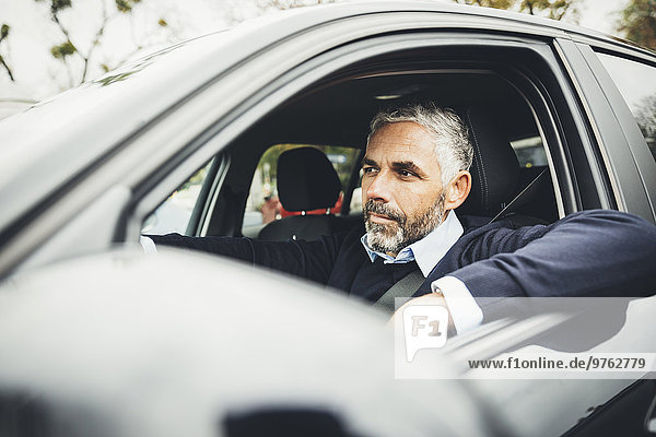Mann fährt Auto