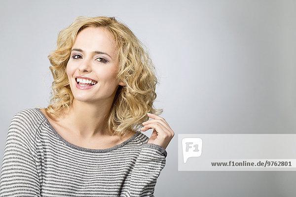 Porträt einer lächelnden blonden Frau