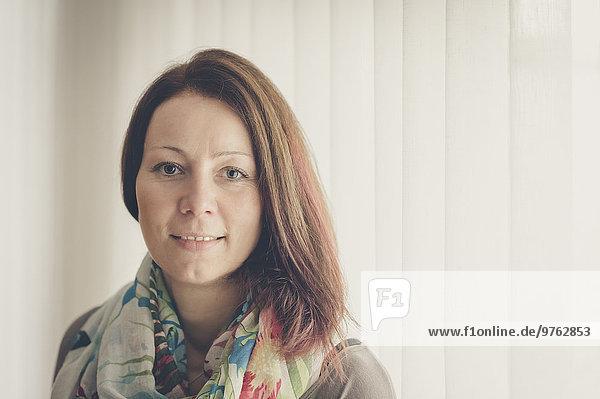 Porträt einer lächelnden brünetten Frau