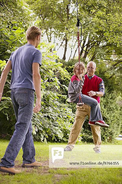 Großvater  Vater und Sohn spielen im Garten