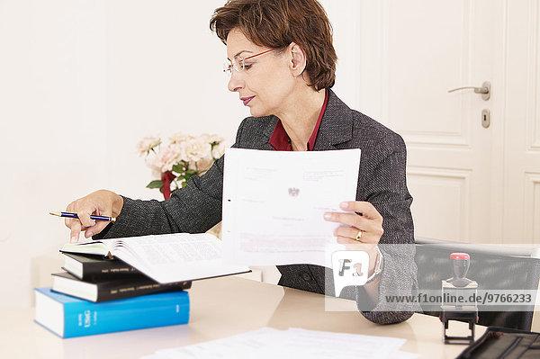 Geschäftsfrau arbeitet im Büro