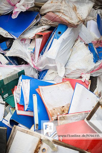 Alte Aktenordner auf einer Mülldeponie