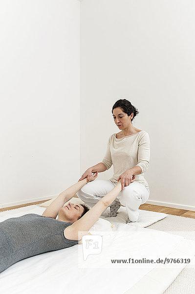 Frau bekommt eine Shiatsu-Behandlung