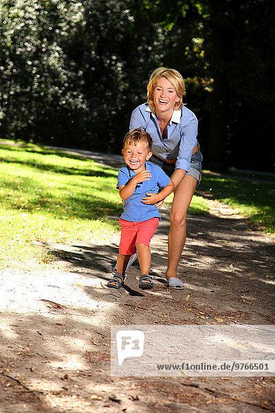 Mutter mit Sohn in einem Park