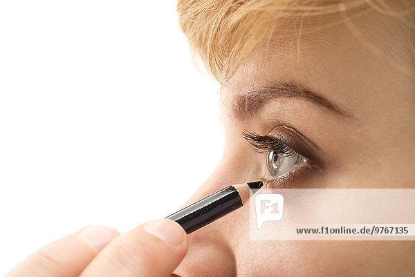 Junge Frau trägt Eyeliner auf  close-up