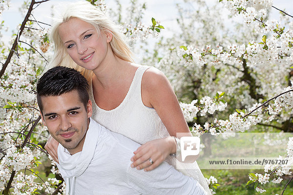 Junges Paar an blühendem Baum