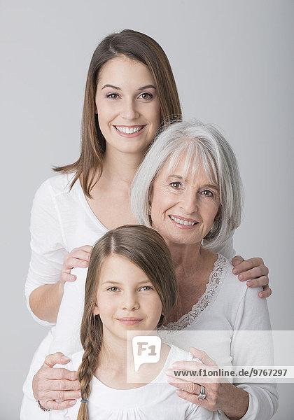 Lächelnde Großmutter  Mutter und Tochter  Portrait