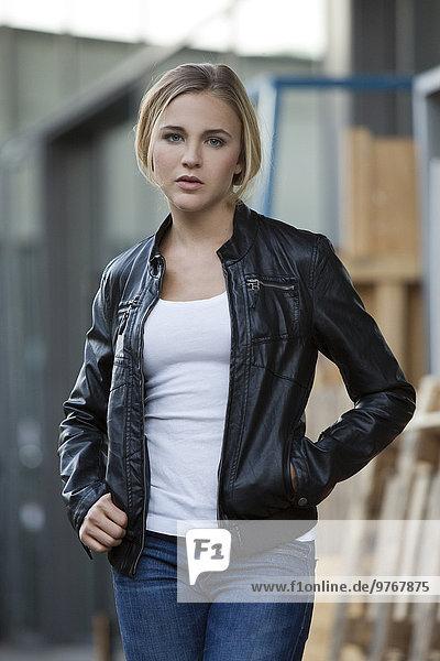 Blonde Frau in Lederjacke