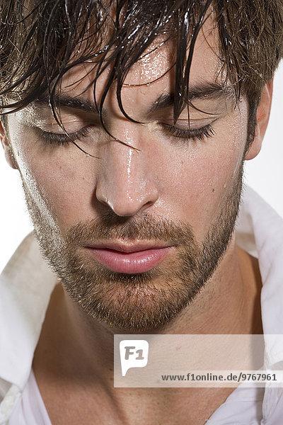 Attraktiver braunhaariger junger Mann mit nassen Haaren