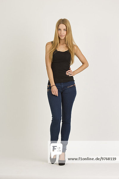 Blonde junge Frau in Jeans und Top
