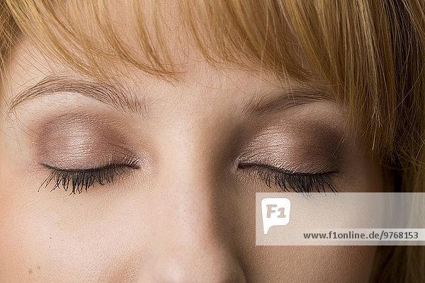 Geschlossene Augen einer jungen Frau  close-up