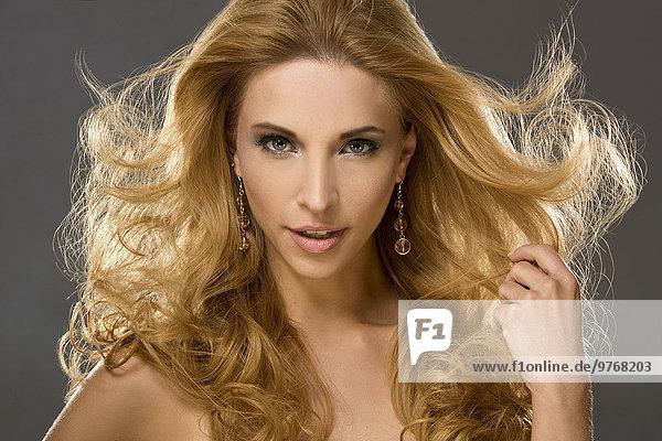 Junge Frau mit langen blonden Haaren  Portrait