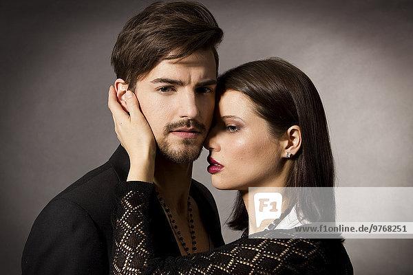 Elegantes Paar in schwarzer Kleidung  Porträt