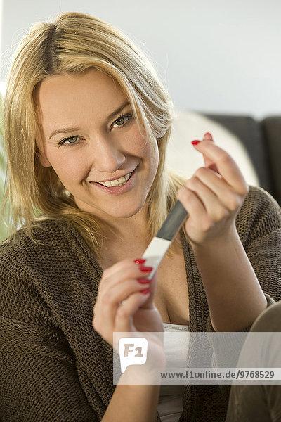 Blonde junge Frau bei der Maniküre