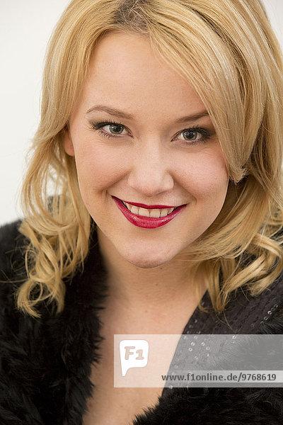 Lächelnde junge Frau in Abendgarderobe  Portrait