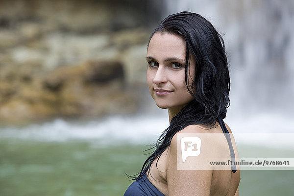 Portrait einer Frau am Salto Alto Wasserfall  Dominikanische Republik
