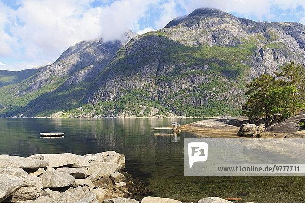 Europa Berg Tag baden Plattform Norwegen Sonnenlicht Hordaland Skandinavien