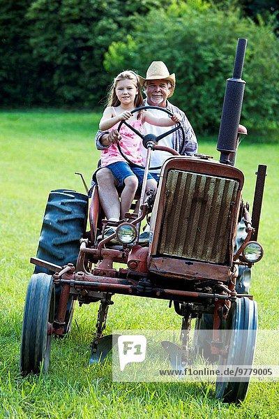 fahren Traktor Bauernhof Hof Höfe Großvater jung Mädchen