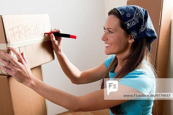 junge Frau junge Frauen verpacken
