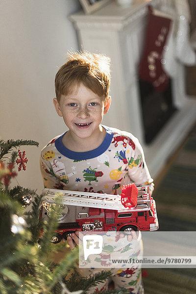 Portrait Junge - Person halten Spielzeug Feuerwehrfahrzeug