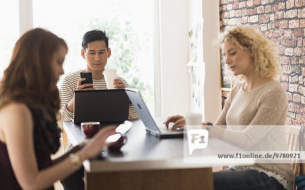 sitzend benutzen Freundschaft Notebook Cafe Tablet PC