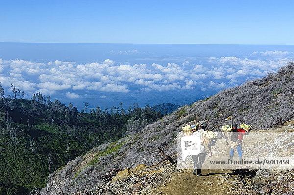 tragen arbeiten Vulkan groß großes großer große großen Gegenstand Südostasien Asien Indonesien Java