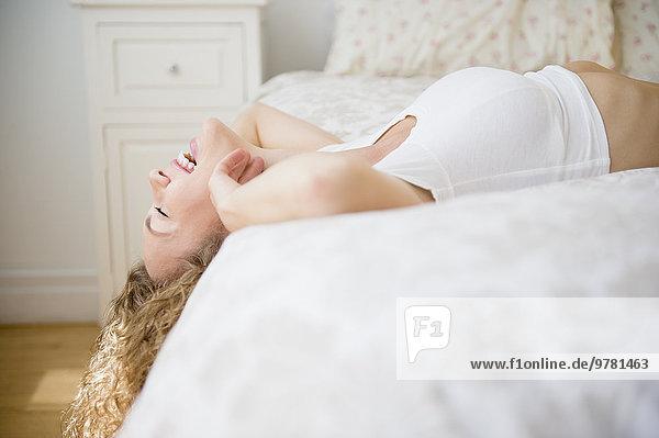 liegend liegen liegt liegendes liegender liegende daliegen junge Frau junge Frauen lachen Bett