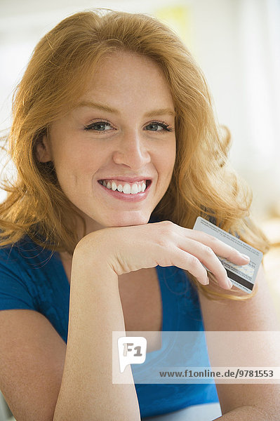 Portrait Frau halten Kredit Kreditkarte Karte