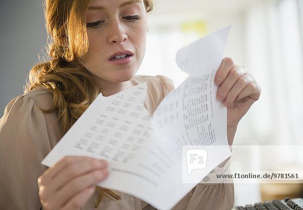 Frau zerreißen Ansicht Dokument