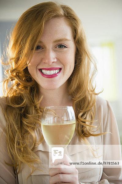 Portrait Attraktivität Frau Glas Wein halten