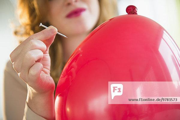 junge Frau junge Frauen Luftballon Ballon Knall