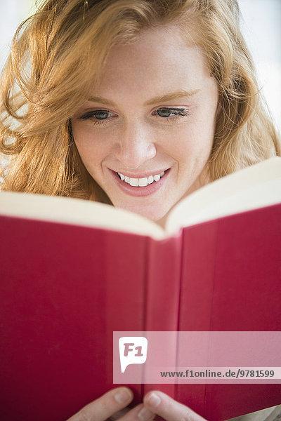 junge Frau junge Frauen Buch Taschenbuch vorlesen