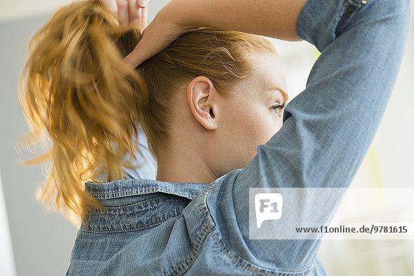 junge Frau junge Frauen Haar binden