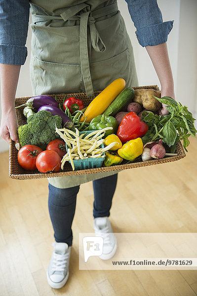 junge Frau junge Frauen Gemüse halten