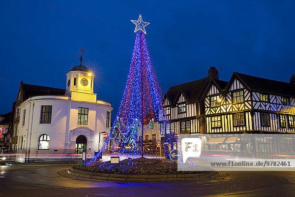 Europa Großbritannien Schneemann Weihnachtsdekoration England Marktkreuz Warwickshire