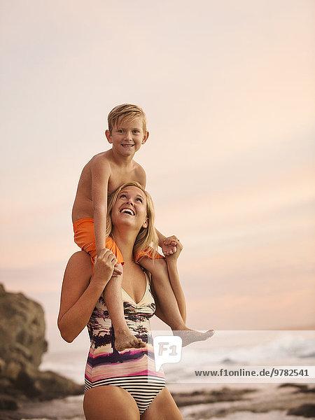 Außenaufnahme tragen Sohn Menschliche Schulter Schultern Mutter - Mensch freie Natur