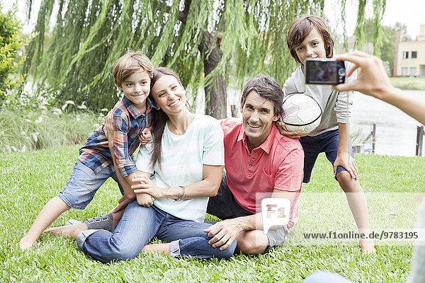 Mit der Digitalkamera Familie mit zwei Kindern fotografieren  persönliche Perspektive