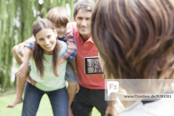 Kind fotografiert seine Familie