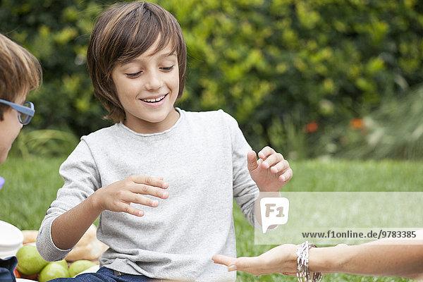 Junge spielt Hand Slap Spiel